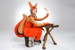Giovane donna nell'immagine di scrittura dello scoiattolo con la penna di spoletta Fotografie Stock