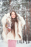 Giovane donna nell'inverno fotografia stock
