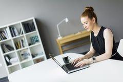 Giovane donna nell'ufficio Immagini Stock