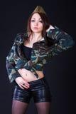 Giovane donna nell'uniforme militare Fotografie Stock