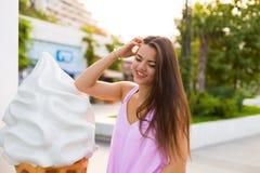 Giovane donna nella città di estate Immagine Stock Libera da Diritti