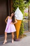 Giovane donna nella città di estate Fotografia Stock Libera da Diritti