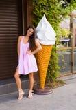 Giovane donna nella città di estate Fotografia Stock