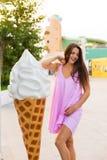 Giovane donna nella città di estate Fotografie Stock