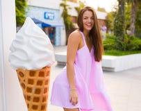 Giovane donna nella città di estate Immagini Stock