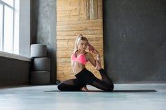 Giovane donna nella classe di yoga, asana di posa della sirena Fotografia Stock Libera da Diritti