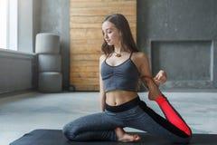Giovane donna nella classe di yoga, asana di posa della sirena Fotografia Stock