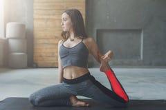 Giovane donna nella classe di yoga, asana di posa della sirena Fotografie Stock Libere da Diritti