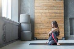 Giovane donna nella classe di yoga che fa stret Immagine Stock