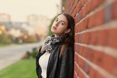 Giovane donna nella condizione di cuoio del cappotto fotografia stock