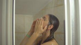 Giovane donna nella doccia stock footage