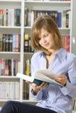 Giovane donna nella libreria Immagine Stock