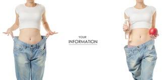 Giovane donna nella perdita di peso dei jeans che dimagrisce con il modello stabilito dell'acqua di bottiglia e della mela fotografia stock