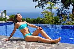 Giovane donna nella piscina Immagine Stock Libera da Diritti