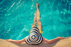 Giovane donna nella piscina Fotografia Stock Libera da Diritti