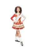 Giovane donna nella posa del vestito da ballo dell'Irlandese isolata Immagine Stock Libera da Diritti