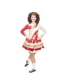 Giovane donna nella posa del vestito da ballo dell'Irlandese isolata Immagini Stock