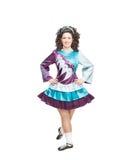 Giovane donna nella posa del vestito da ballo dell'Irlandese isolata Fotografie Stock
