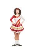 Giovane donna nella posa del vestito da ballo dell'Irlandese isolata Fotografia Stock