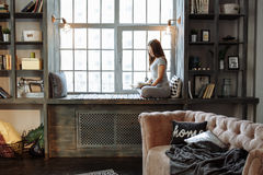 Giovane donna nella posa di pratica di yoga dell'equilibrio del homeware su tappeto nella sua camera da letto comoda Fotografie Stock Libere da Diritti