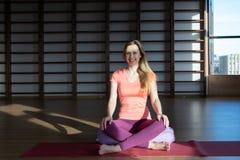 Giovane donna nella posizione di loto mentre meditando immagini stock libere da diritti