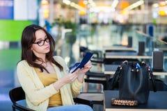 Giovane donna nella sala di attesa dell'aeroporto fotografie stock libere da diritti