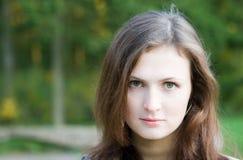 Giovane donna nella sosta di autunno Fotografie Stock