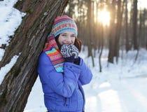 Giovane donna nella sosta di inverno Immagini Stock
