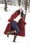 Giovane donna nella sosta di inverno Immagine Stock