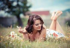 Giovane donna nella sosta un giorno di estate caldo Fotografia Stock