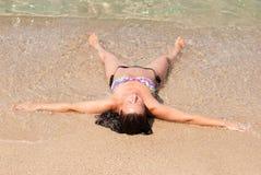 Giovane donna nella spiaggia immagine stock