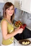 Giovane donna nella sua cucina Immagini Stock Libere da Diritti