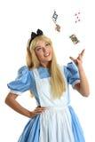 Giovane donna nelle carte di lancio del costume Fotografie Stock