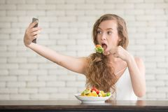 Giovane donna nelle posizioni allegre con l'insalatiera dal lato immagine stock libera da diritti