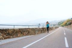 Giovane donna nello sport sulla costa di mare Fotografie Stock Libere da Diritti