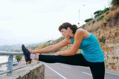 Giovane donna nello sport sulla costa di mare Immagine Stock Libera da Diritti