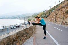 Giovane donna nello sport sulla costa di mare Fotografia Stock