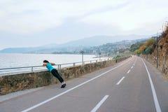 Giovane donna nello sport sulla costa di mare Fotografia Stock Libera da Diritti