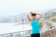 Giovane donna nello sport sulla costa di mare Fotografie Stock
