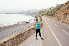 Giovane donna nello sport sulla costa di mare Immagine Stock