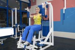 Giovane donna nello sportclub Immagine Stock