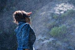Giovane donna nepalese nello spruzzo d'acqua Fotografia Stock