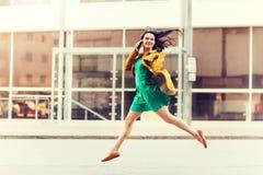 Giovane donna o ragazza sorridente che rivolge allo smartphone Immagine Stock