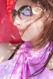 Giovane donna in occhiali da sole Fotografia Stock Libera da Diritti