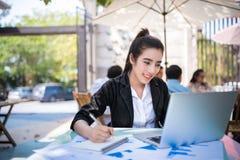 Giovane donna occupata di affari che lavora allo scrittorio Fotografia Stock Libera da Diritti