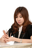 Giovane donna occupata di affari che lavora allo scrittorio Fotografia Stock