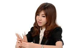 Giovane donna occupata di affari che lavora allo scrittorio Immagine Stock