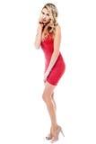 Giovane donna piena felice del corpo che posa panno casuale Immagini Stock Libere da Diritti