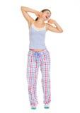 Giovane donna in pigiami che allungano e che deviano Fotografia Stock Libera da Diritti