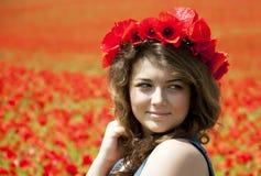 Giovane donna in Poppy Field immagini stock